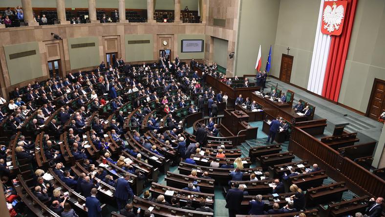 Według najnowszego sondażu Kantar Public, w Sejmie znalazłyby się cztery partie polityczne
