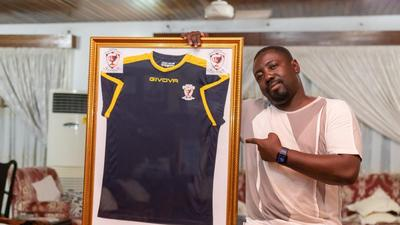 Richard Addison receives special jersey from Givova Sporting Academy