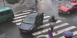 Posłowi PiS skończyło się paliwo na środku ulicy. Pomogli strażnicy miejscy. Wiceprezydent oburzony