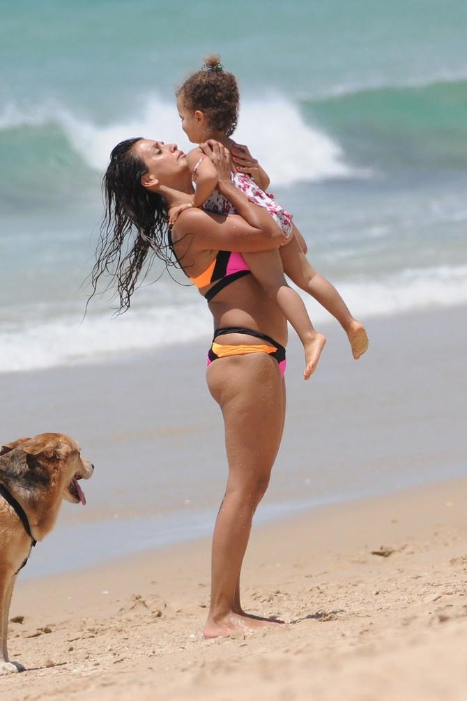 Monika Kruz sa ćerkicom Antonelom 2015. na plaži
