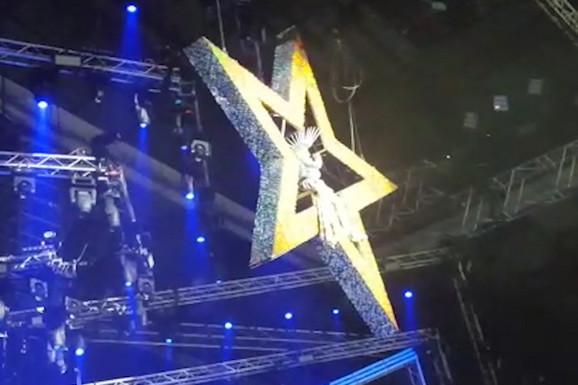 SPEKTAKL Brena na scenu u Areni stigla na konstrukciji u obliku ZVEZDE, a kasnije se na binu spustila sa DESET ŽENA (VIDEO)