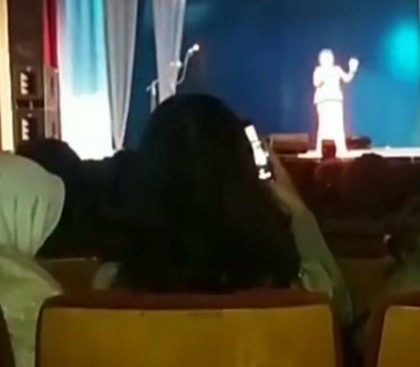 Publiczność nagrywa występ gwiazdy