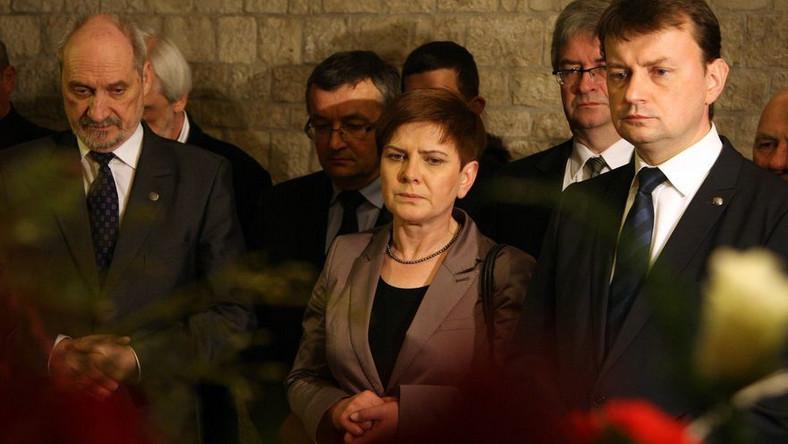 Antoni Macierewicz (pierwszy z lewej) twierdzi, że raport na temat katastrofy w Smoleńsku będzie gotowy we wrześniu