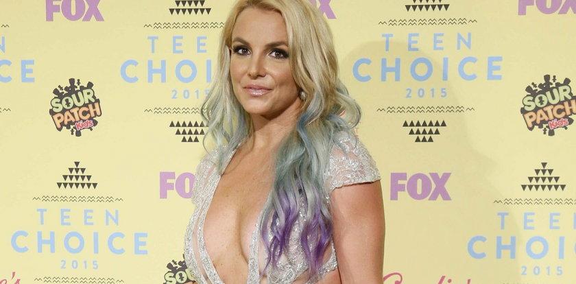 Okropny biust Britney Spears na ściance