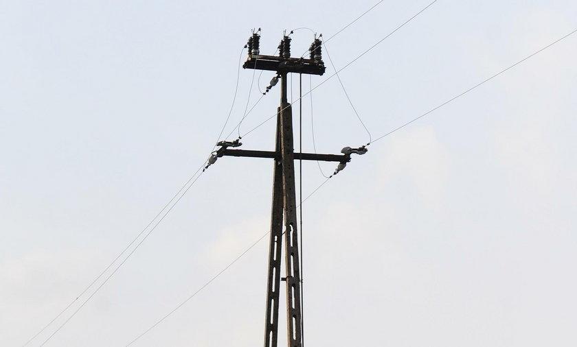 Groźny wypadek w Warszawie. Porażony prądem mężczyzna spadł ze słupa energetycznego