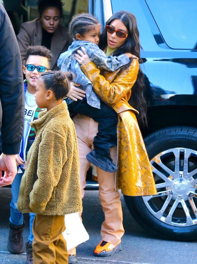 Kim Kardašijan Vest sa decom u šopingu u Njujorku