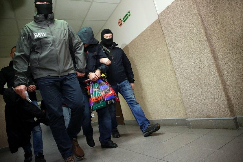 Podejrzany po wyprowadzeniu z sekcji aresztowej łódzkiego sąduu