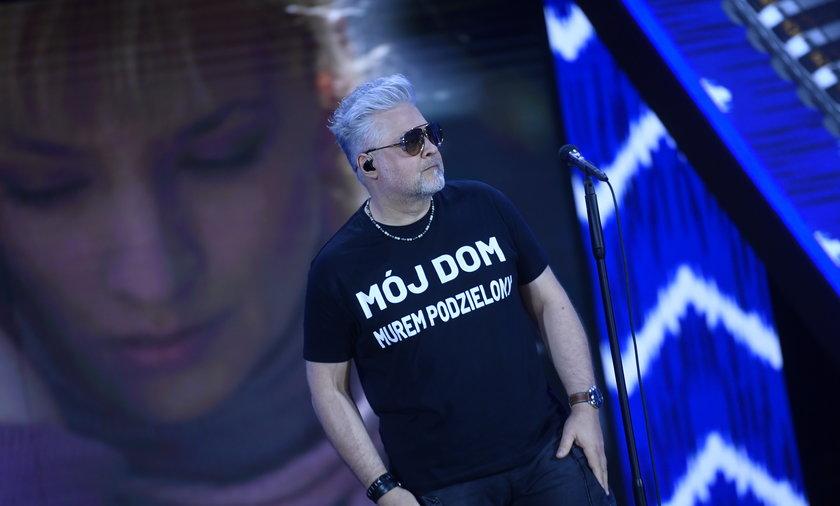 O co chodzi z napisem na tej koszulce? Wokalisty IRY miał założył ją na koncert w Opolu.