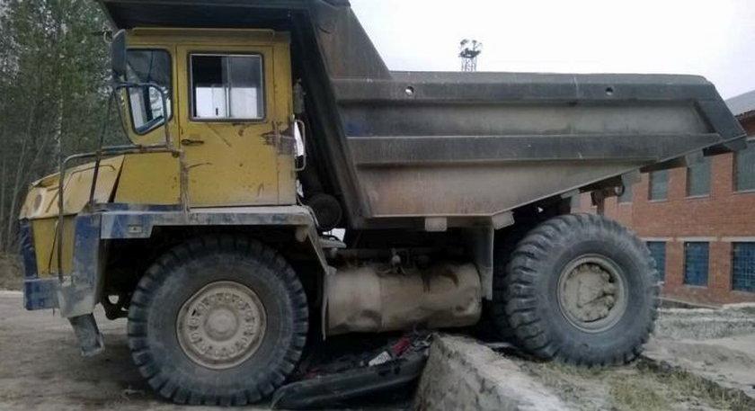 Wielka ciężarówka zmiażdżyła toyotę