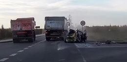 Masakra na drodze. Auto wbiło się w ciężarówkę!