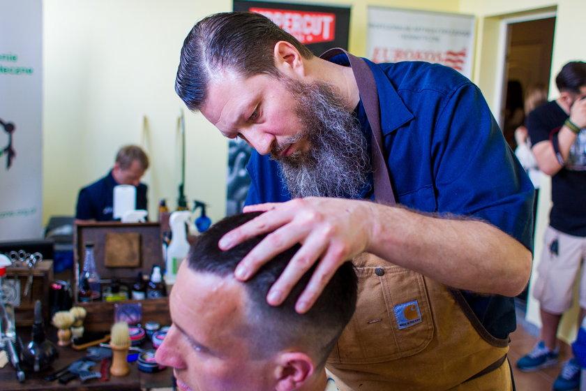 Mistrz fryzjerstwa strzygł bezdomnych