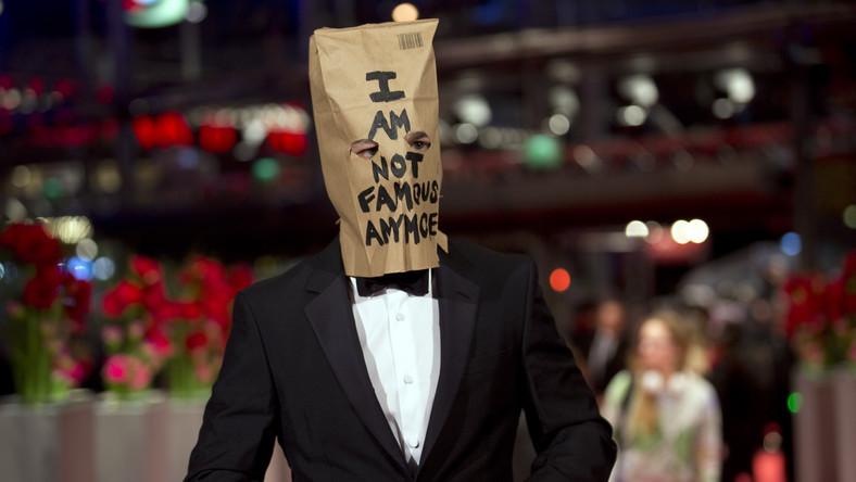 """Po oskarżeniach o plagiat jakie pojawiły się pod koniec ubiegłego roku, Shia LaBeouf postanowił wycofać się z życia publicznego. Informację o tym podał on na Twitterze, kończąc wypowiedź zdaniem: """"Nie jestem już sławny"""". Te same słowa wypisane były na papierowej torbie, którą aktor włożył na głowę podczas premiery """"Nimfomanki"""" na festiwalu Berlinale"""
