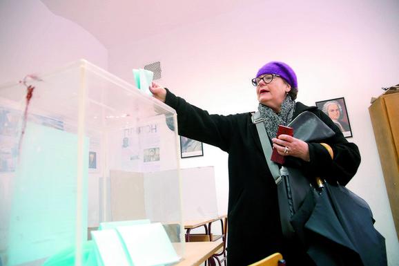 Svi funkcioneri vladajuće stranke tražili izbore: Sa jednog od ranijih glasanja