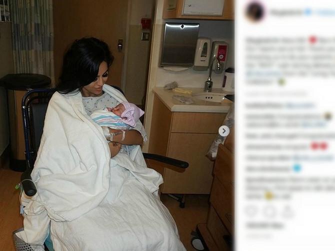 Slikala se s tek rođenom bebom: Razbesnela pola sveta jer se iza fotke krije NEŠTO JEZIVO