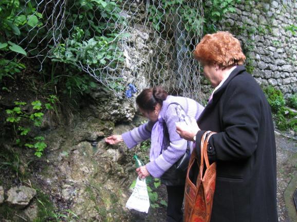 OČudotvorna voda iz stene, navodno, potekne samo pred Đurđevdan