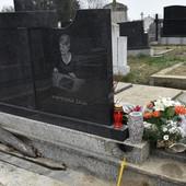"""""""KOVČEG JE BIO OTVOREN, SVI SU ZNALI DA JE SAHRANJENA SA OGRLICOM"""" Ispovest žene čijoj su majci 25 godina posle smrti LOPOVI RASKOPALI GROB"""