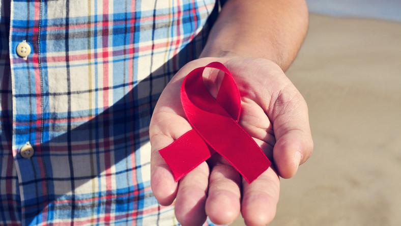 Czerwona wstążka - symbol solidarności z nosicielami HIV