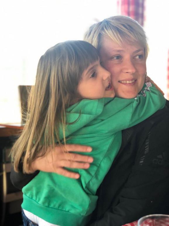 Marina Maljković u zagrljaju sa bratanicom Lanom