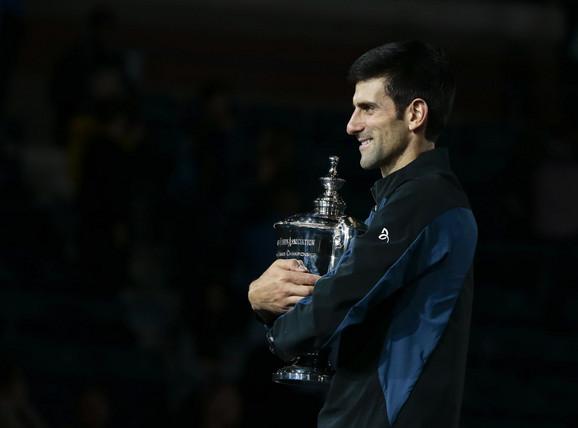 Novak Đoković sa peharom na US Openu