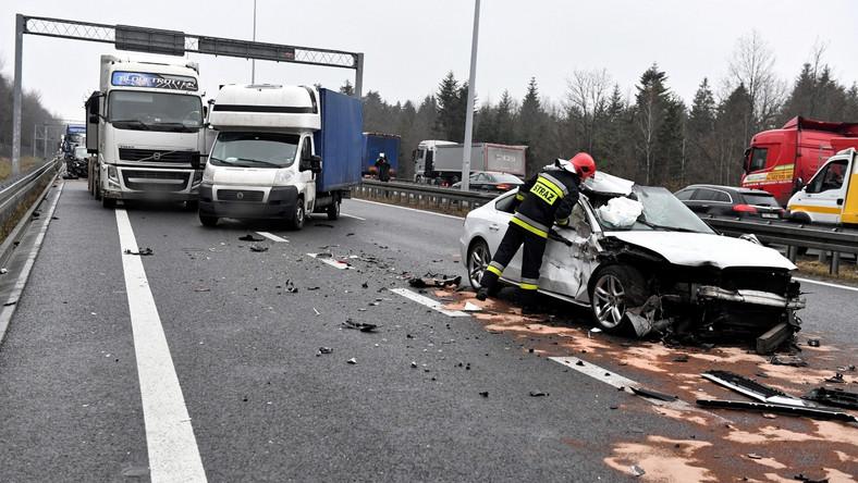 Zderzenie 16 samochodów na drodze ekspresowej S7 w Wiśniówce koło Kielc