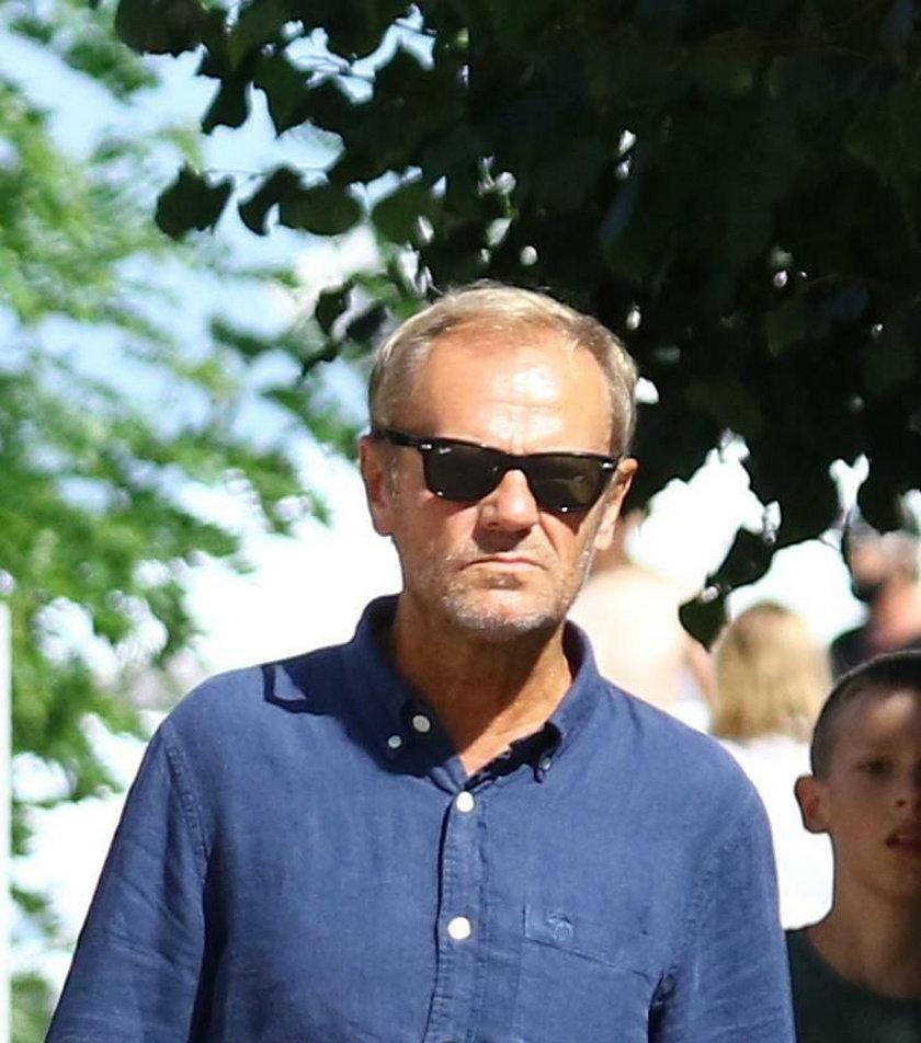 Donald Tusk na spacerze z wnukiem
