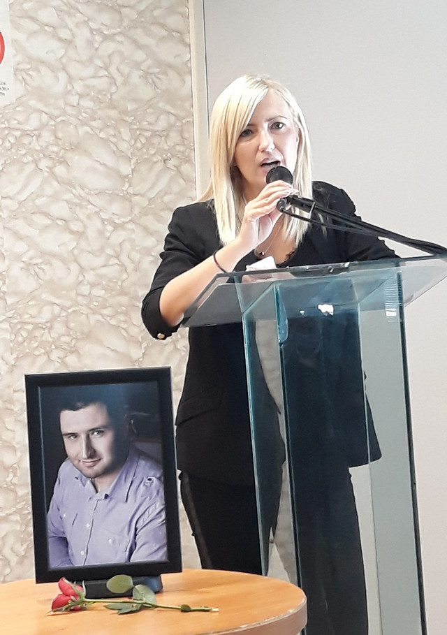 Milanova supruga Marijana zahvalila se svima a posebno sinu Nemanji koji je skupio snagu da bude na komemoraciji