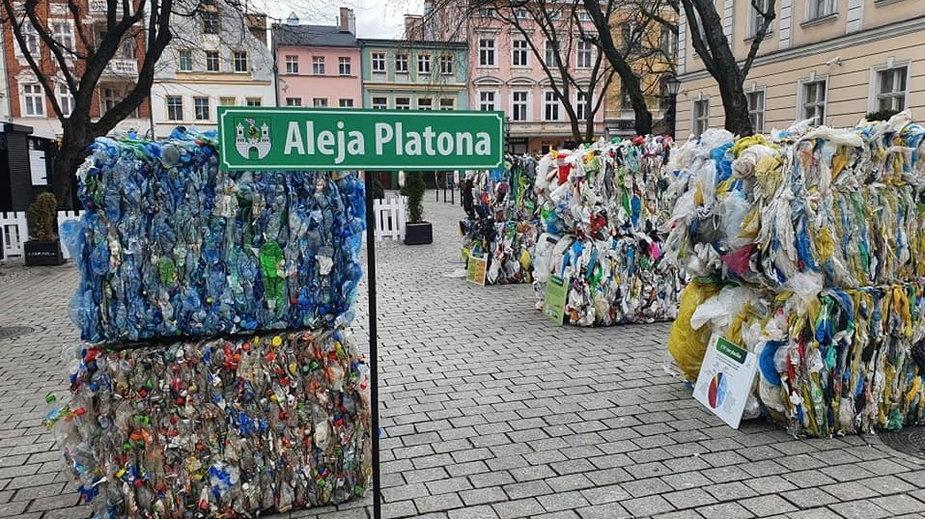 Bele z plastikiem na deptaku w Zielonej Górze fot. Zakład Gospodarki Komunalnej