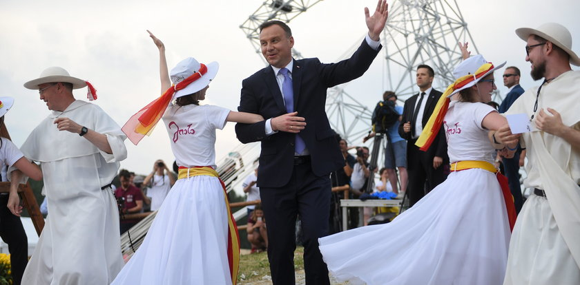 Śmieją się z Dudy, a Komorowski też tańcował