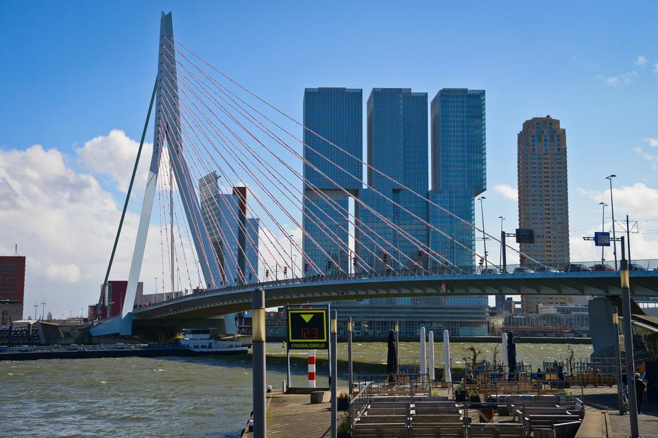 Rotterdam – to drugie największe miasto Holandii, znane także jako miasto pełne perełek architektury nowoczesnej i designu.