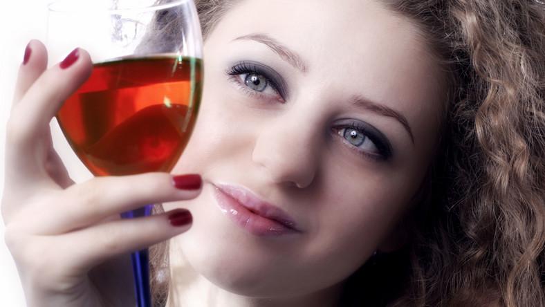 Zła tolerancja alkoholu objawia się wysypką i katarem