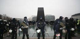 Pomnik smoleński i Lecha Kaczyńskiego pod specjalnym nadzorem. Zdjęcia wywołały poruszenie w sieci