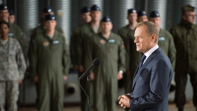 Premier, zwracając się do polskich i amerykańskich pilotów myśliwców, odpowiadał na pojawiające się w asie wątpliwości, czy rezygnacja z powszechnego poboru do wojska była na pewno dobrym posunięciem