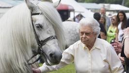 Wiekowa królowa Elżbieta II na koniu