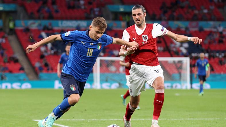 Nicolo Barella (L) w starciu z Florianem Grillitschem (P) podczas meczu Włochów z Austriakami