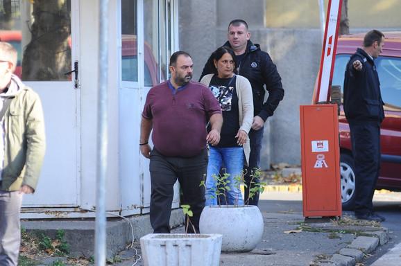 Roditelji i menadžer Darka Lazića ispred Zemunske bolnice