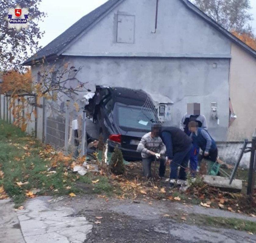 Volvo zaparkowało w domu
