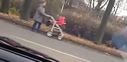 Babcia z niemowlakiem spacerowała środkiem ulicy