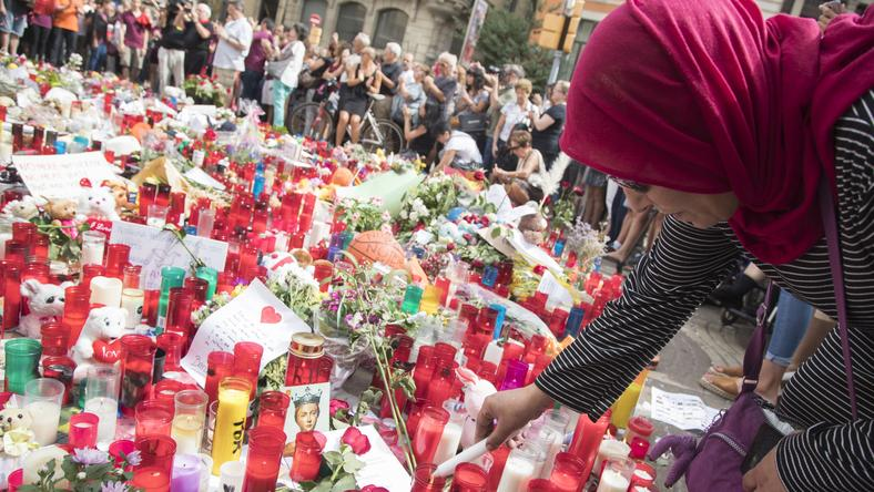 W miejscu zamachu pojawiają się znicze i kwiaty