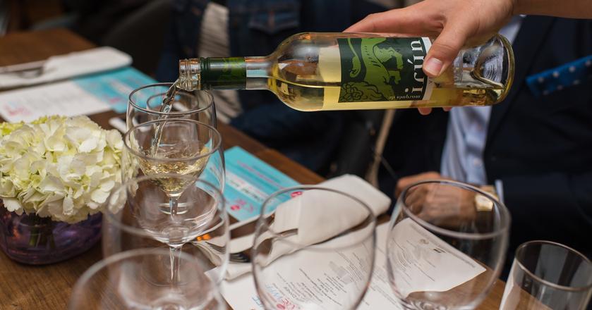 Kelner może nam pomóc w wyborze wina w resturacji
