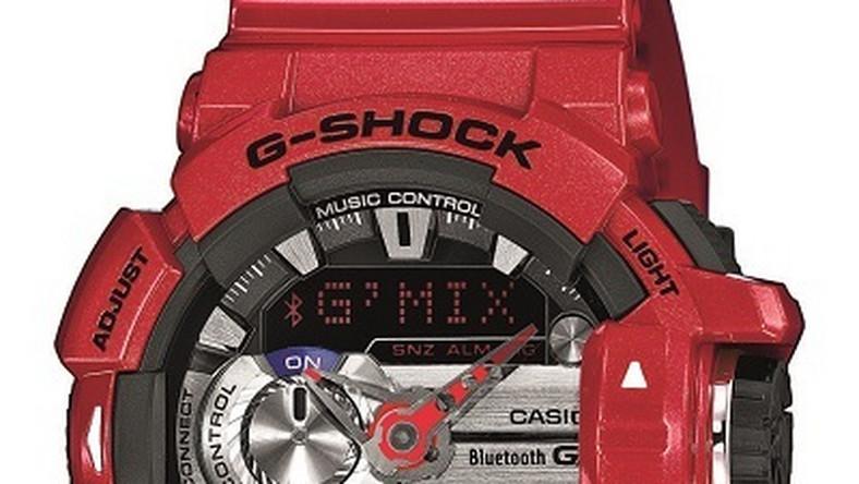 """Założeniem przy tworzeniu kolekcji G-Shock G'mix było przede wszystkim skupienie się na funkcji odtwarzania muzyki. Za sprawą Bluetooth zegarek łączy się ze smartfonem oferując kilka ciekawych możliwości. Specjalny mechanizm oraz rolka przewijająca ( niemal odzwierciedla potencjometr w radiu) pozwalają na sterowanie odtwarzacza muzycznego. Za jej sprawą można regulować głośność czy """"przeskakiwać"""" z utworu na utwór. Przydatną jest również wbudowana technologia Soundcloud , dzięki której zegarek rozpoznaje nazwę wykonawcy wyświetlając ją na ekranie cyferblatu. Dzieje się to bez konieczności sięgania po telefon."""
