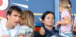 Sam wychowa trójkę ich dzieci - Oliwię, Szymona i Jana
