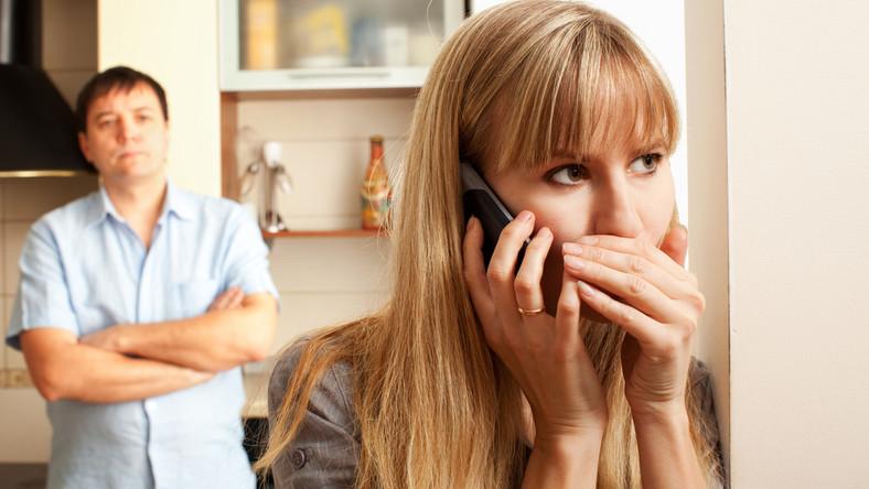1. Mówią partnerowi, że umawiają się z przyjaciółką lub przyjaciółkami.