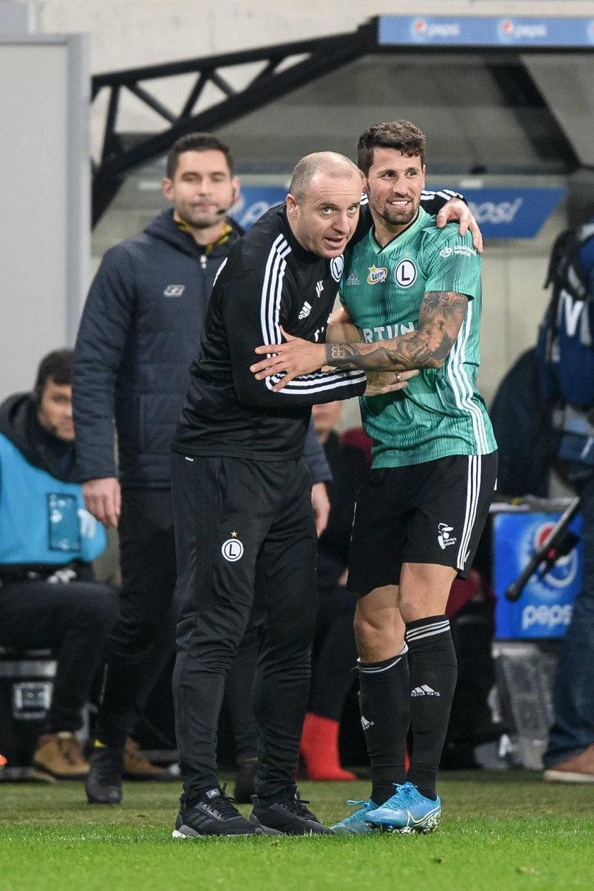Posada trenera Aleksandara Vukovicia (40 l.) wisiała na włosku, ale szkoleniowiec przetrwał.