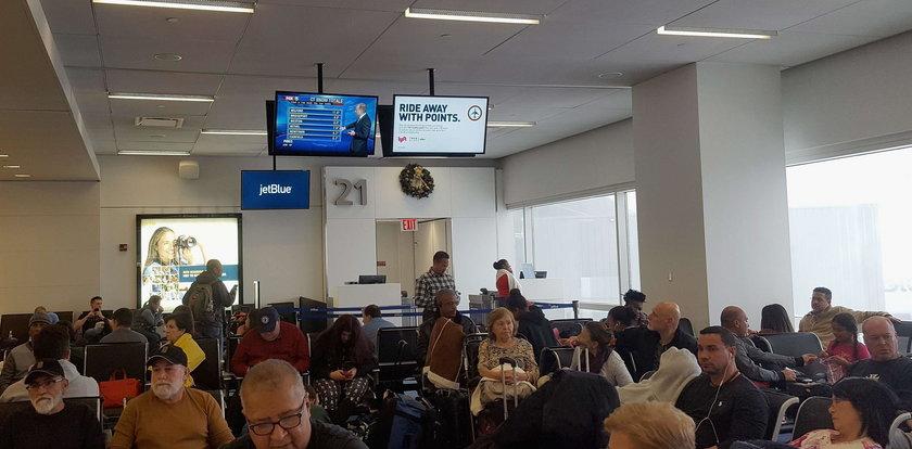 Polacy koczują na lotnisku w USA. Odwołano tysiące lotów