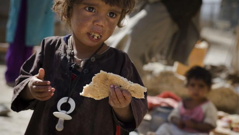 Afgańska dziewczynka jedząca chleb