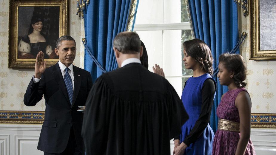 Prezydent Barack Obama wraz z rodziną podczas drugiego zaprzysiężenia w 2013 r. Przysięgę przyjmuje sędzia Sądu Najwyższego John Roberts