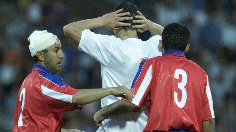 Tomasz Hajto w otoczeniu dwóch rywali podczas meczu Armenia - Polska (2001 r)