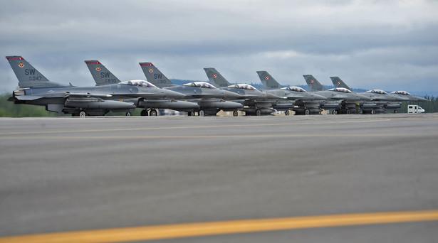 Polskie i amerykańskie F-16 na płycie lotniska w Eielson Air Force Base podczas ćwiczeń Red Flag w 2012 roku (fot. US Army)