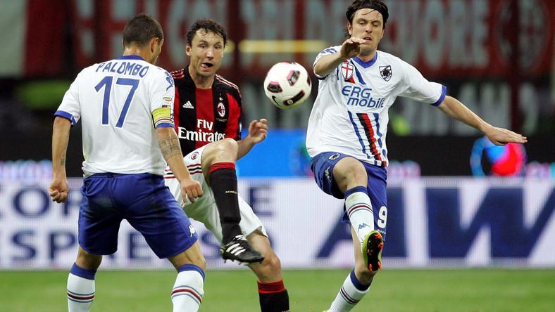 Piłkarze Sampdorii (w białych koszulkach) spadli z Serie A