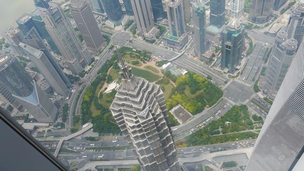 Jin Mao Tower ma 382 metry wysokości, 62 więcej niż Wieża Eiffla. Z wysokości tarasu widokowego Shanghai Tower można spojrzeć na tę budowlę z niespotykanej perspektywy